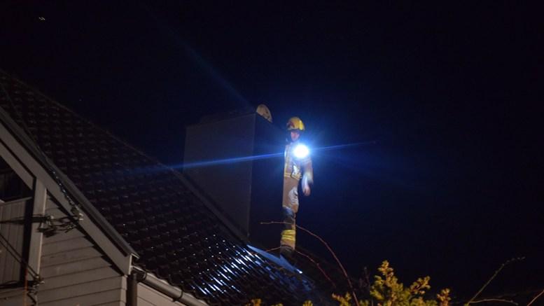 PIPEBRANN: Brannvesenet på plass på taket på boligen på Brattekleiv søndag kveld. Foto: Esben Holm Eskelund