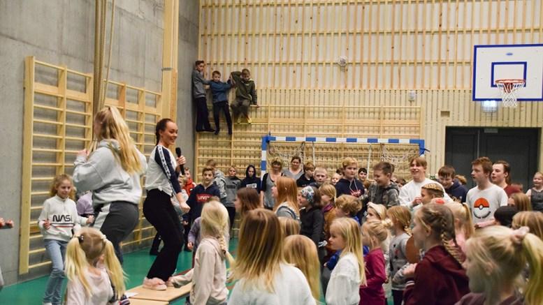 RAYLEE PÅ BESØK: Til og med guttene kastet seg med i dansen da MGP-klare Raylee besøkte Roligheden skole på sitt kjære Tromøy tirsdag ettermiddag. Foto: Esben Holm Eskelund