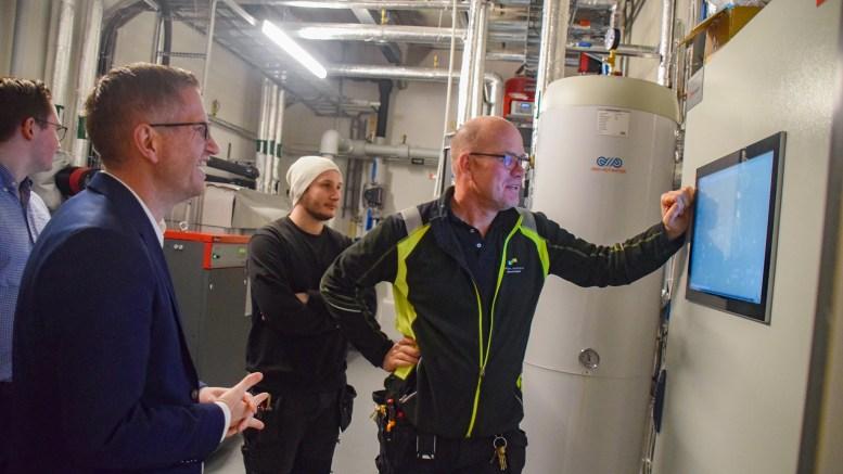 ENERGISPARING: Ordfører Robert C. Nordli fikk omvisning i energisentralen på Roligheden skole av driftsleder Trond Fossnes da han besøkte skolen i en annen sammenheng sist uke. Foto: Esben Holm Eskelund