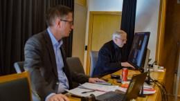 DIGITALT EKSPERIMENT: Rådmann Harald Danielsen og ordfører Robert C. Nordli (Ap) på plass i bystyresalen, mens resten av formannskapet deltar på videooverføring. Foto: Esben Holm Eskelund
