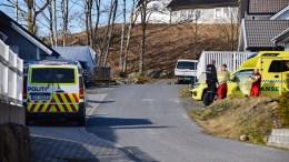 HUNDEBITT: Politi- og ambulansepersonell rykket ut og tok på smittevernutstyr etter melding om at en person er bitt av hund på Tromøy. Foto: Esben Holm Eskelund
