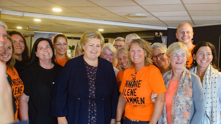 ARENDALSUKA: Statsminister Erna Solberg har vært på Arendalsuka mange ganger. I 2018 besøkte hun Kirkens bymisjon, som drives av tromøykvinnen Merete Haslund. I år avlyses arrangementet av smittevernhensyn. Arkivfoto