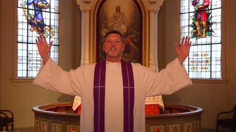 LANGFREDAG: Sogneprest Lars Peder Holm leder gudstjeneste i Færvik kirke for langfredag. Foto: Arendal Prosti