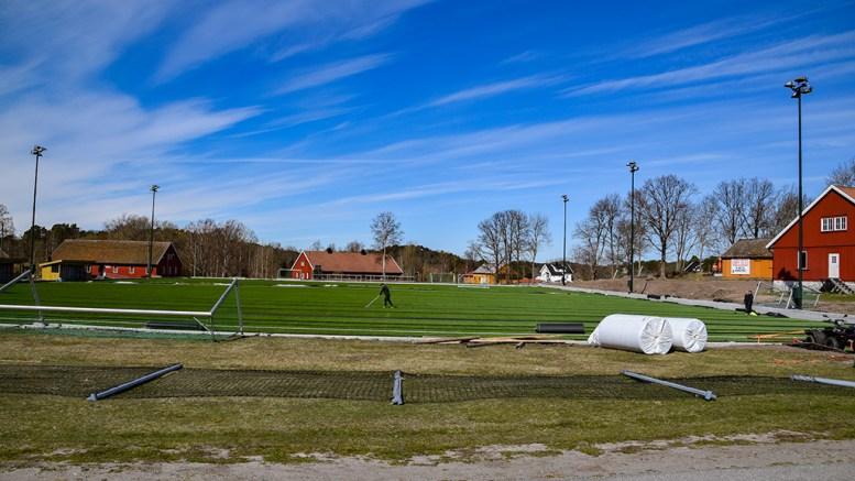 NYTT KUNSTGRESS: Det nærmer seg at PST Sportsanlegg er ferdige med å legge det nye dekket på Traumas hjemmebane på Hove. Foto: Esben Holm Eskelund