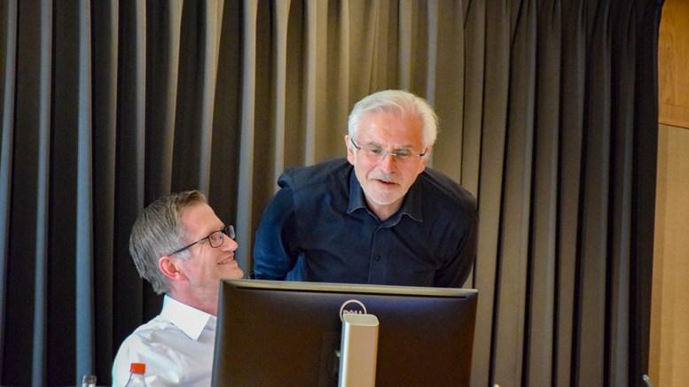 KRISEMILLIONER: Rådmann Harald Danielsen og ordfører Robert C. Nordli (Ap) i bystyresalen i Arendal torsdag. Foto: Esben Holm Eskelund