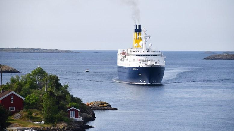 CRUISETAP: Arendal havn KF regner med tapte inntekter i cruiseturisme denne sesongen. Her er britiske MS «Saga Pearl» på vei inn Galtesund i 2018. Arkivfoto