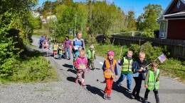 KOHORT-TOGET: Fabakken barnehage øvde på 17.mai i tråd med smittevernretningslinjene. Foto: Esben Holm Eskelund