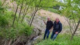 RESTAURERING: Geir Lyngmyr (t.v.) og Dag Vidar Jensen etterlyser tiltak som skal redde Færvikbekken som sjøørretbekk. Foto: Esben Holm Eskelund