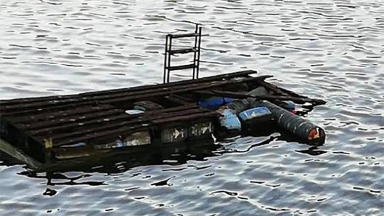 HÆRVERK: Badeflåta på Gjerstadvannet er utsatt for hærverk og synderne oppfordres til å melde seg. Foto: Privat/Facebook
