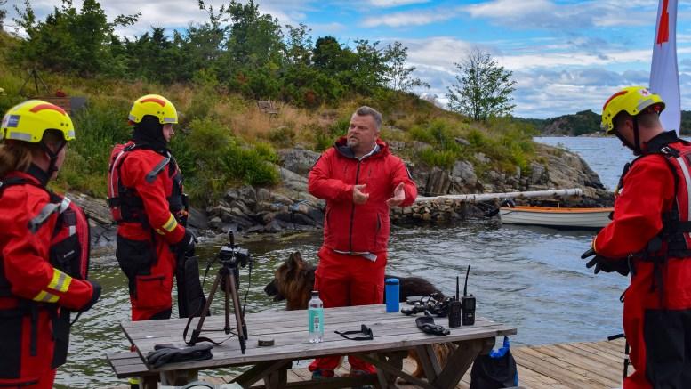 REDNINGSØVELSE: Tor Magne Thorsen (midten) i Arendal Røde Kors Hjelpekors inviterte til redningsøvelse med utgangspunkt i Markvik på Tromøy søndag. Foto: Esben Holm Eskelund