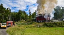 LÅVEBRANN: En låve på Omdal ble flammenes rov fredag ettermiddag. Røykutviklingen fra brannen var synlig over store avstander. Foto: Esben Holm Eskelund