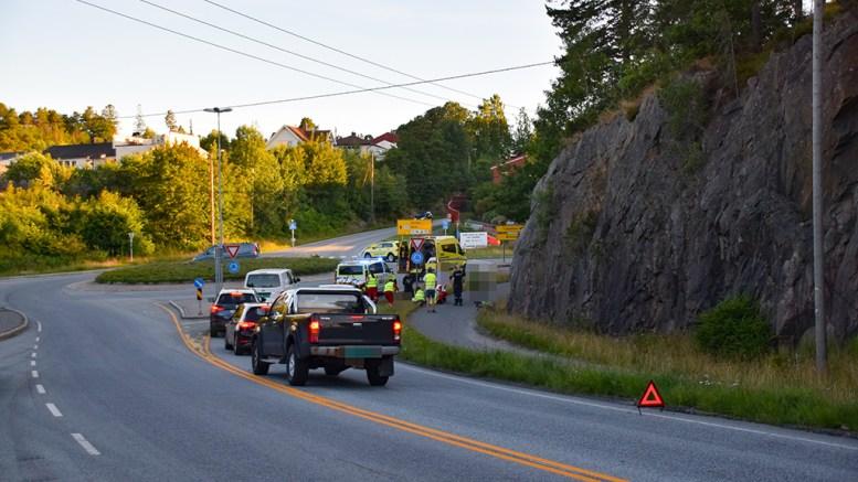 SYKKELULYKKE: To syklister ble tatt med i ambulanser etter sykkelkrasj ved rundkjøringa i Holtet. Foto: Esben Holm Eskelund