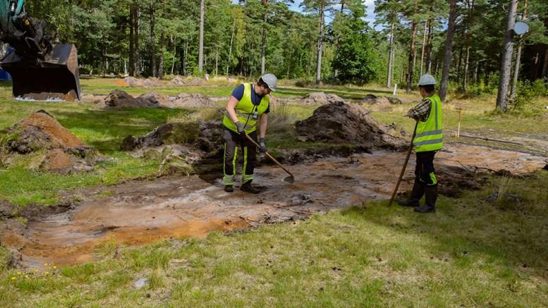 ARKEOLOGISK UNDERSØKELSE: Arkeologene Joakim Winterwoll og Marita Fleseland gjorde kun funn av moderne aktivitet i form av nedgravd søppel flere steder på campingområdet på Hoveodden. Arkivfoto