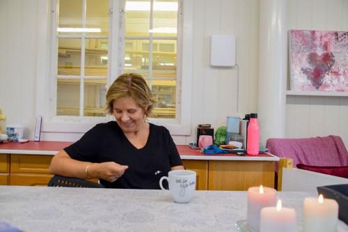 <b>MYE GLEDE:</b> Kunstneren forteller at de fleste bildene hun maler kommer av ren glede. Foto: Esben Holm Eskelund