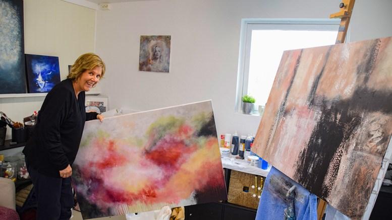 ATELIER ANNE: I snart 15 år har hun brukt pensel og maling som terapi. I helgen skal hun stille ut for første gang. Foto: Esben Holm Eskelund