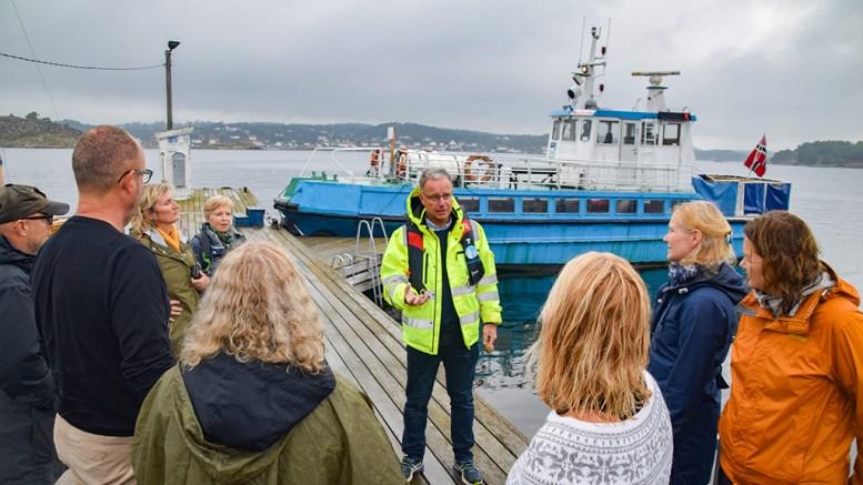 PRIVAT DRIFT: En grunneier på Merdø mener en båtforening kan ta vare på Pellebrygga for fremtiden. Havnesjef Rune Hvass i Arendal Havn KF er lunken til forslaget. Her fra kommuneplanutvalgets befaring på Merdø i september. Arkivfoto