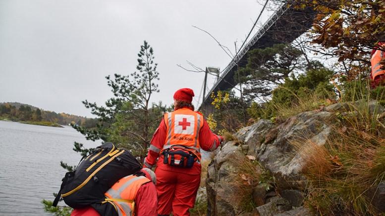 AVSLUTTET SØKET: Leteaksjonen etter en savnet mann i sjøen og på land ved Tromøybroa er søndag ettermiddag avsluttet. Foto: Esben Holm Eskelund