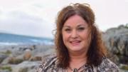 UT I NATUREN: Tromøy-forfatter Margareth Anker har et nært forhold til naturen på øya og tar det med seg inn i litteraturen. Nylig ga hun ut enda en barnebok i serien om Sølve Fiskesprett. Foto: Esben Holm Eskelund