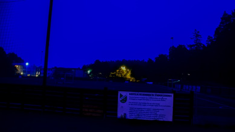 MØRKLAGT STADION: Kunstgressbanen ved Sandnes skole har flombelysning, men ligger i mørke på kveldstid. Det har skapt reaksjoner. Foto: Esben Holm Eskelund