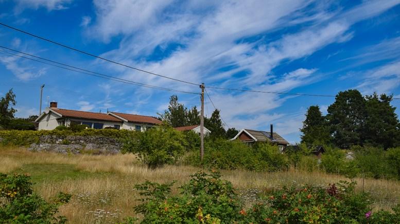 FÅR BYGGE NYTT: Kommunen mener naboene fortsatt vil ha verdifulle eiendommer, selv om hytta foran til høyre i bildet blir revet og bygget ny. Foto: Esben Holm Eskelund