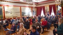 ARENDAL BY- OG REGIONHISTORIE: Et mer passende sted enn det gamle rådhusets festsal kunne neppe vært valgt for lansering av bind to om by- og regionhistorien for Arendal. Foto: Esben Holm Eskelund