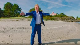 MESTERNES MESTER: Programleder Dag Erik Pedersen ønsker velkommen til Mesternes Mester på NRK med spektakulære Gjesøya som kulisse. Foto: RUBICON TV/NRK