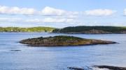 REVSHOLMEN: Holmen ligger øst i Tromøysund, like ved grensen til Raet nasjonalpark. Foto: Esben Holm Eskelund