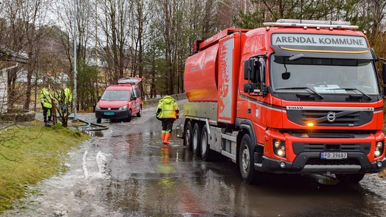 PUMPET VANN: Arendal kommune var på plass i 12-tiden for å fjerne store mengder overvann fra Fabakkveien. Foto: Esben Holm Eskelund