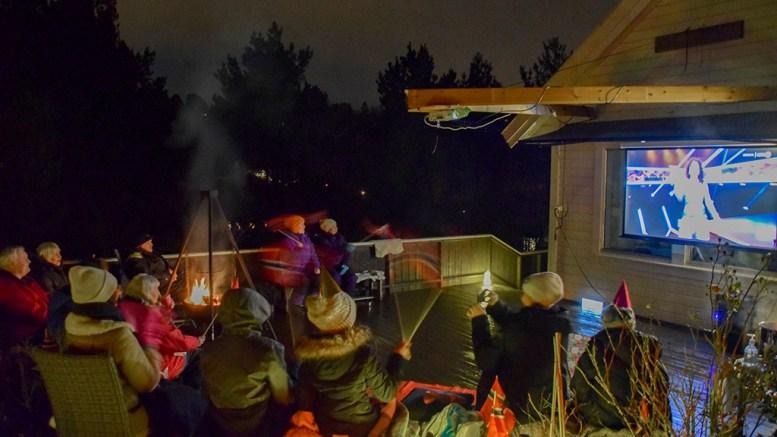 RAYLEE-STØTTE: Artistens familie rigget storskjerm på terrassen på Tromøy for å følge henne gjennom jakten på finaleplass i Melodi Grand Prix. Foto: Esben Holm Eskelund