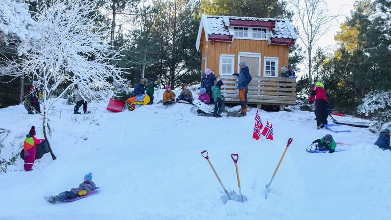 KANONFORHOLD: Snødybden var uten tvil størst i Spornes gårdsbarnehage før helgen. Foto: Esben Holm Eskelund