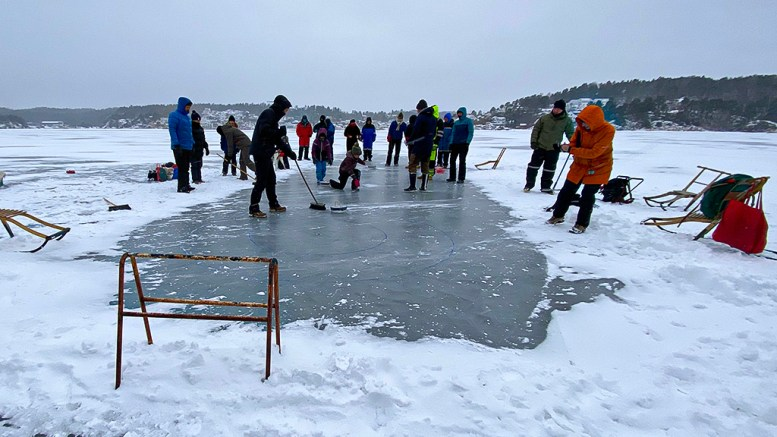 CURLING-MESTERSKAP: Med kost og hjemmefrossede curlingsteiner ble det en kamp om mesterskapstittelen på Tromøysund søndag. Foto: Esben Holm Eskelund