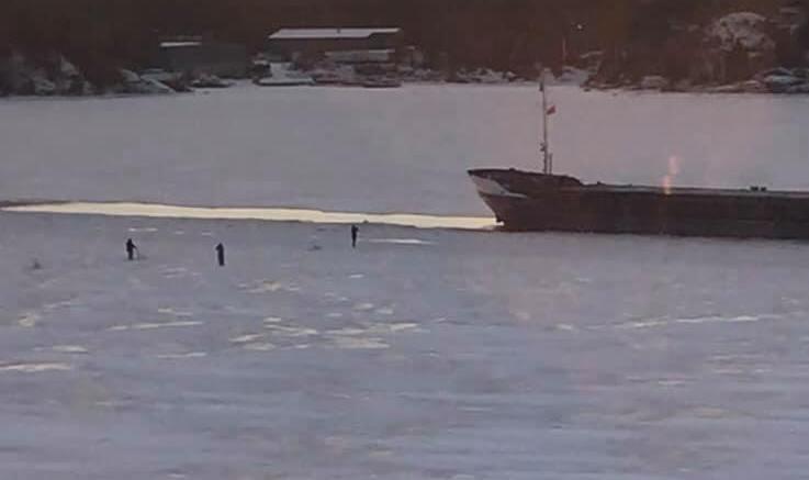 FARLIG NÆR: Arendal havn KFs folk mener personene er for nær skipet på isen i Tromøysund. Foto: Privat