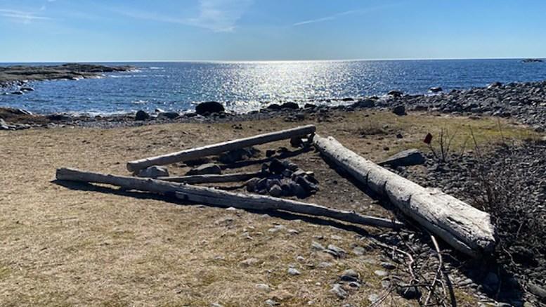 VILLBÅL: Stadig nye bålplasser dukker opp i Raet nasjonalpark. Det kan ødelegge de geologiske verneverdiene, advarer nasjonalparkforvalteren. Foto: Privat / Raet nasjonalpark