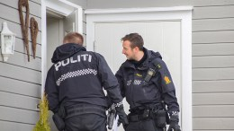NABOER EVAKUERT: Politiet oppsøkte de nærmeste boligene med beskjed om at beboerne måtte forlate hjemmet. Foto: Esben Holm Eskelund