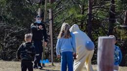 DRAMATISK POLITIAKSJON: Det oppsto dramatikk i skolegården på Roligheden skole tirsdag, da påskeharen stakk av med barnas godteri. Foto: Esben Holm Eskelund