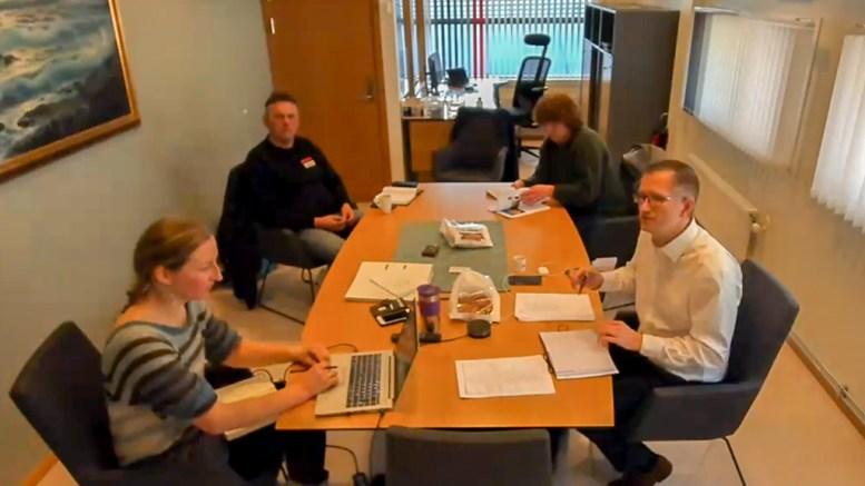 DIGITALT MØTE: Styret i Raet nasjonalpark møttes delvis fysisk og delvis digitalt fredag. Til venstre: forvalter Jenny Marie Gulbrandsen og grunneierrepresentant Tor Eivind Tingstveit. Til høyre: grunneierrepresentant Anne Lien Studsrød og styreleder Robert C. Nordli. Foto: Esben Holm Eskelund / Teams