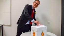 VALGLOKALER: Valgstyret ledes av ordfører Robert C. Nordli (Ap). Her fotografert på Roligheden-elevenes eget valg på skolen før lokalvalget i 2019. Foto: Esben Holm Eskelund