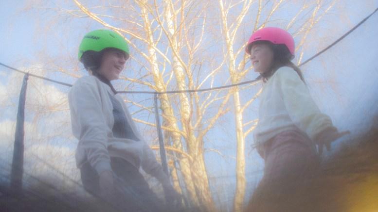 KULER OG HJERNERYSTELSE: Målet med hjelmkravet er å åpne for at flere kan bruke private trampoliner samtidig, noe som uten hjelm kan føre til både kuler og hjernerystelser. Illustrasjonsfoto