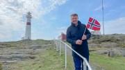 SPEKTAKULÆR ÅPNING:NRKs Jon Gelius er på plass på Store Torungen fyr 17. mai morgen, og oppfordrer tromøyfolk og andre å komme ut i båtene sine for å være med i sendingen. Foto: NRK