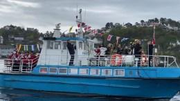 KORPSBÅTEN: Tromøy skolemusikkorps chartret båt for å spille seg over byfjorden. Foto: Ellen Marit Eskelund