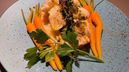 BROSME:Fisk med urtesmør og grønnsaker drapert med gyldne dråper øl fra Tromøy. Foto: Geir Jacobsen