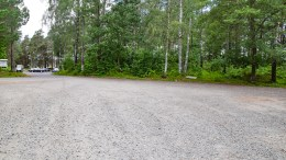 KONTRAMELDING: Arendal kommune har snudd og innfører parkeringsregler for grusplassen på Hoveodden tilsvarende reglene som nå gjelder på parkeringsplassen på Spornes. Arkivfoto