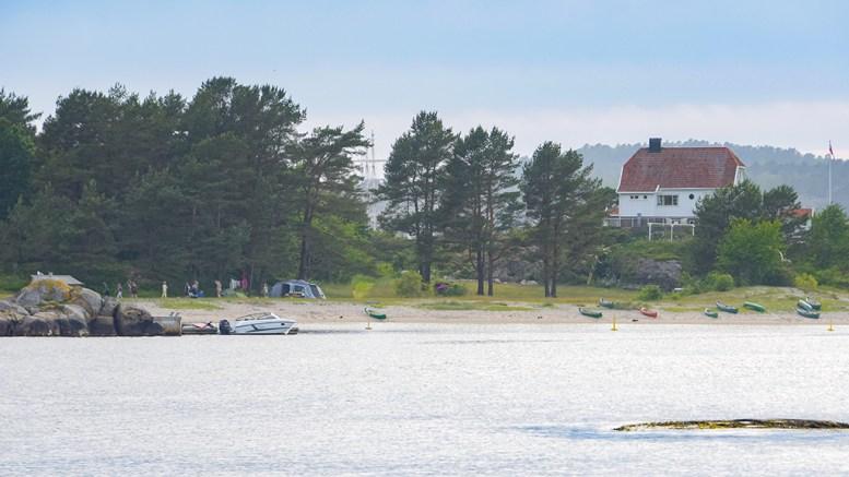 BÅTFRI STRAND: Stranden på Gjessøya er svært populær, men kommunen ønsker ikke at båter dras opp på stranden. Nå skal forholdet vurderes på nytt etter flere reaksjoner. Foto: Esben Holm Eskelund