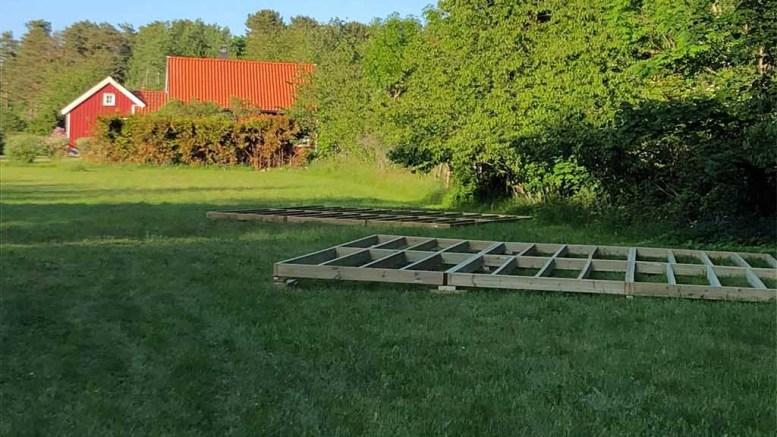 GLAMPINGPLASS: De siste dagene har det dukket opp plattinger til glampingtelt på et jorde ved Spornesveien, som politikerne i Arendal har vært utvetydig tydelige på at ikke er greit. Foto: Tipser