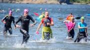 HOVE TRI 2021: Over 500 hundre deltakere er med i den store styrkeprøven på Tromøy i år. Torbjørn Trommestad (i midten) er her på vei til land etter svømmeetappen for 13. gang. Foto: Esben Holm Eskelund