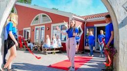 ÅPNET SOMMERKAFE: Lørdag fikk Elena Tellefsen Vihle klippe snora da Tromøy fritidsklubb åpnet dørene for sitt nye klubbtilbud på Roligheden. Foto: Esben Holm Eskelund