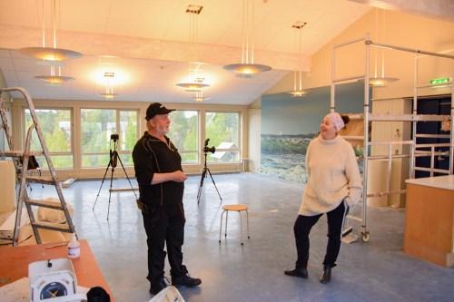 <b>ÅPNINGSKLAR:</b> Tromøy-fotograf Jarle Kvam og styreleder Anne Grethe Vihle i Tromøy fritidsklubb fotografert i vår, da klubbkaféen fikk overrakt et veggbilde. Nå er kaféen klar til å holde sommeråpent. Foto: Esben Holm Eskelund