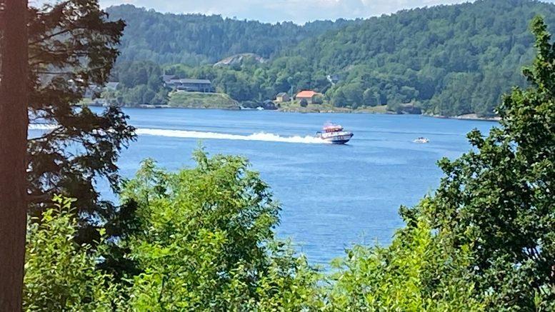 UTRYKNING: Redningsskøyta på full fart ut Tromøysund lørdag ettermiddag. Foto: Esben Holm Eskelund