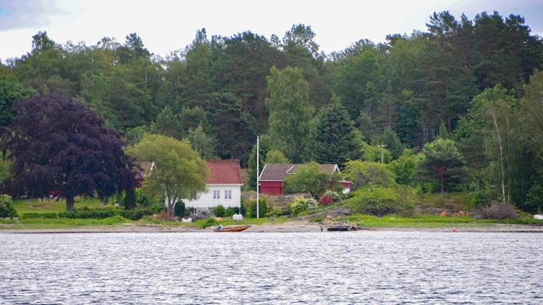 GJESSØYA: Fritidsboligen som er søkt om er planlagt i bakkant til høyre på bildet. Kommunen sier ja til å rive en eksisterende bygning, men nei til å erstatte den med en fritidsbolig. Foto: Esben Holm Eskelund