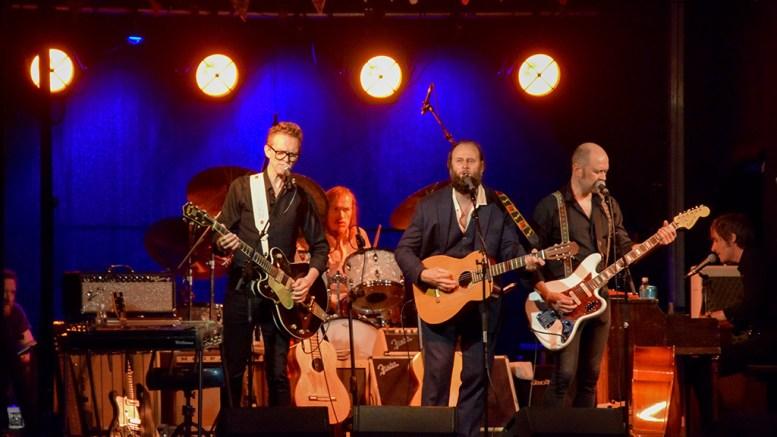 SPORNESFESTIVALEN: Stein Torleif Bjella med band på scenen på Spornesfestivalen fredag kveld. Foto: Esben Holm Eskelund